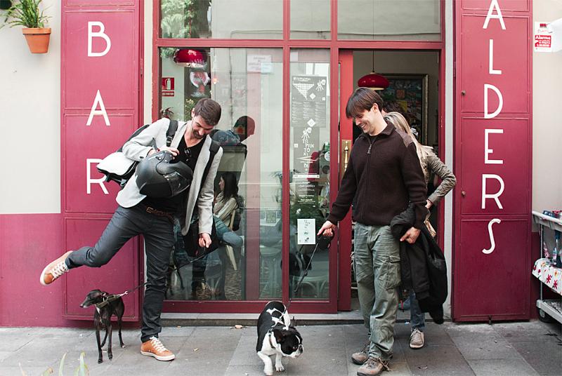 Rambo y Míster a las puertas de la vermutería Bar Calders / Foto: Corina de Castro para Perricatessen