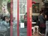 A punto de entrar en el Bar Calders en nuestro primer día de ruta de vermuteo con perro / Foto: Corina de Castro para Perricatessen