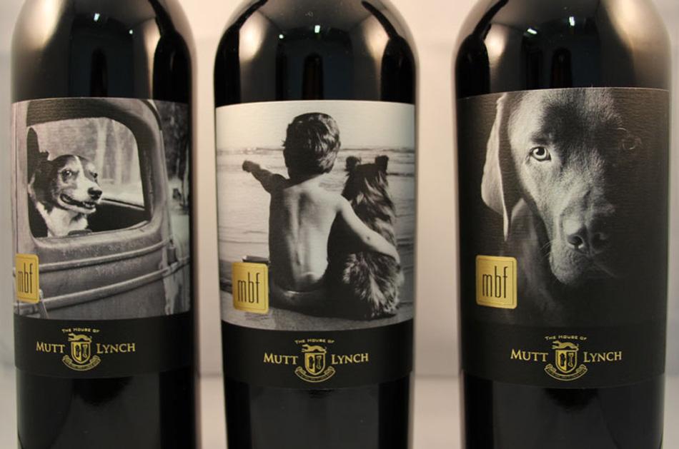 Etiquetas de botellas de vino con el perro como protagonista