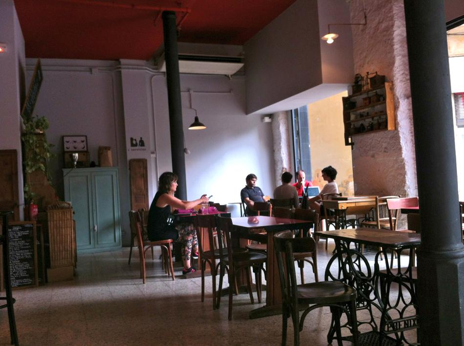 En Aparté, un bar à vins vintage en el corazón de Barcelona amigo de los perros /Foto: Perricatessen