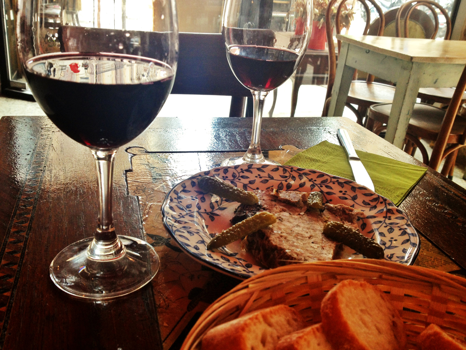 Una copa de Minervois, otra de Corbières, pâté de campagne y muy buen rollo en En Aparté / Foto: Perricatessen